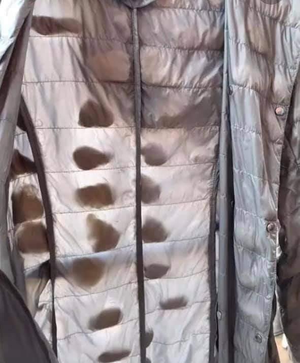一名女網友將羽絨外套丟進洗衣機洗,豈料羽絨外套竟成出現「結石」,讓網友看了都忍不住笑虧「是在養蠶寶寶嗎?」圖擷自爆廢公社二館