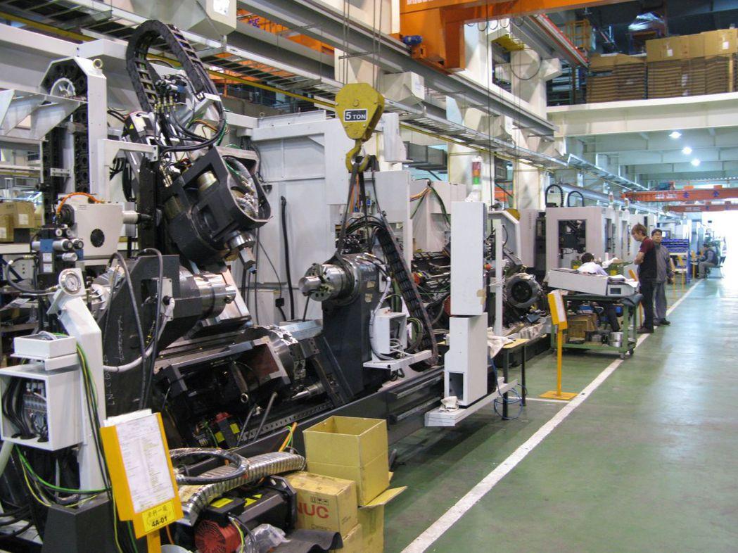 圖為工具機整機廠生產線組裝情形。記者宋健生/攝影