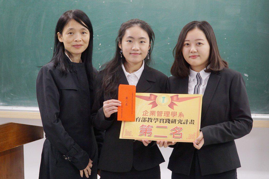 大葉大學企管系張四薰老師(左)頒獎給課堂報告第二名。 大葉大學/提供。
