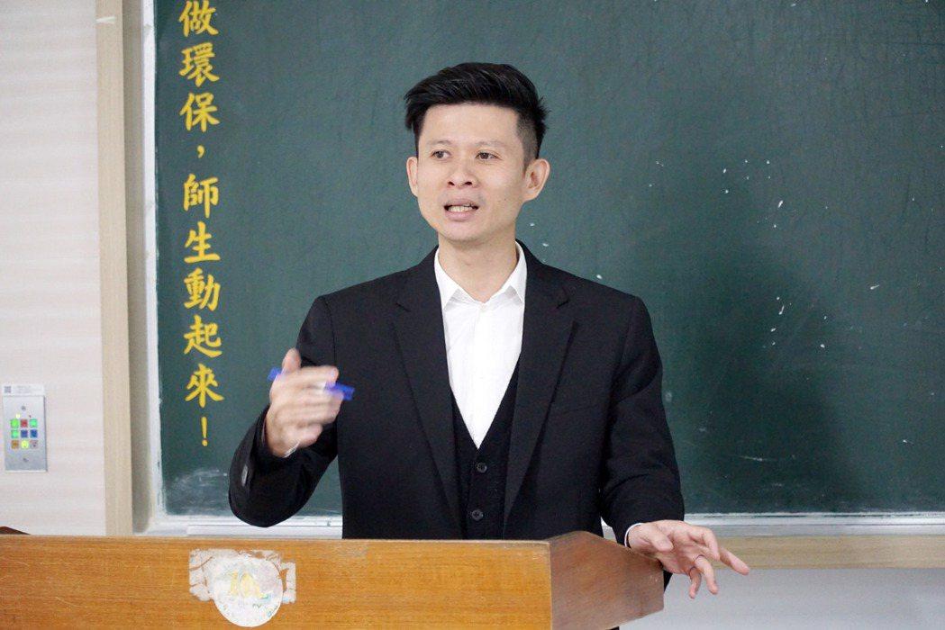 大葉大學企管系校友陳維國肯定學弟妹的簡報表現。 大葉大學/提供。