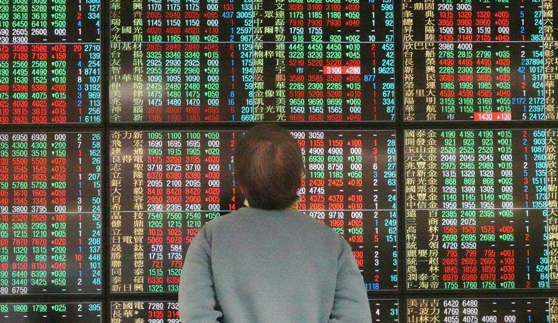 台股今日創高後拉回震盪,午盤時台股跌逾百點,指數最低來到15,432點,盤中高低差逾200點。記者杜建重攝影/報系資料照