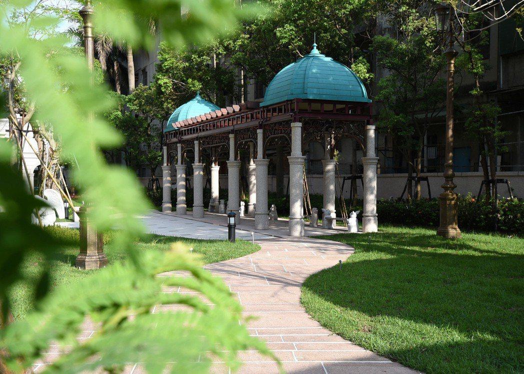 基地緊鄰歐風花園廣場,下樓就有舒適綠意環境。 業者/提供