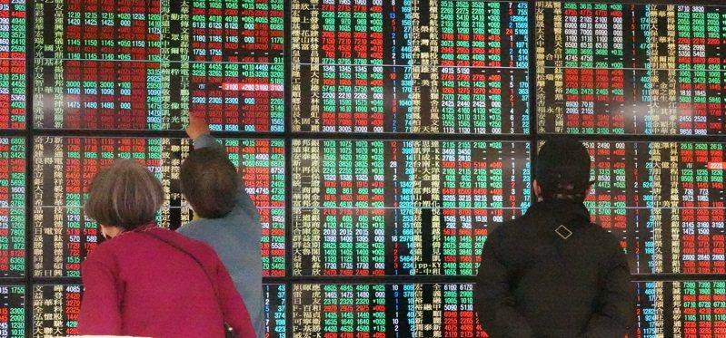 台股大盤今日終場下跌56.6點,收在15,500.7點,成功守住15,500關卡,成交量達3,696.01億元。記者杜建重攝影/報系資料照