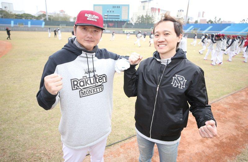 中職樂天桃猿隊新任領隊浦韋青(右)表示全隊談好薪後再一起公布。 中央社