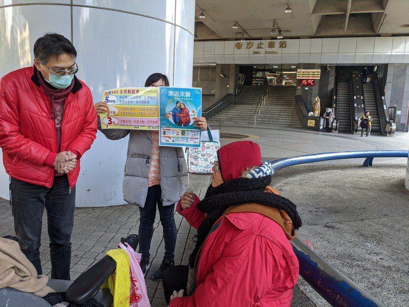 汐止區長陳健民帶著毛帽、暖暖包及泡麵,前往汐止火車站關懷街友,協助他們溫暖度過寒夜。 圖/觀天下有線電視提供