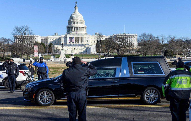 因國會暴亂去世的國會警察斯科尼克喪禮十日舉行,華府警察在靈車兩旁列隊致敬。(法新社)