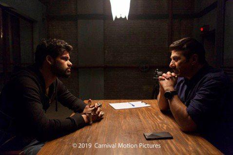 「倒數引爆」(英文片名:Blank)找來知名印度男星桑尼迪爾、卡蘭卡帕迪亞兩人諜對諜精彩過招!該片為導演貝薩德康巴達首部自編自導之作,不同於其他寶萊塢電影,導演特地表示在本片中絲毫看不到歌舞的痕跡,...