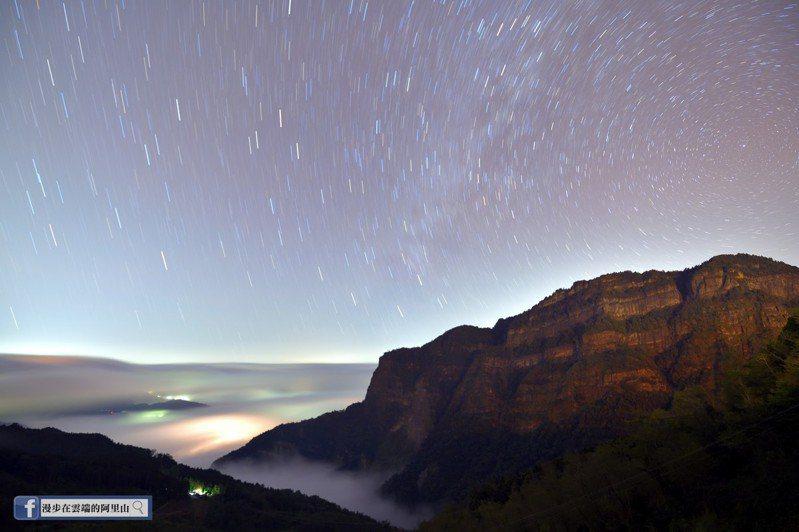 攝影師黃源明在阿里山上沒有等到下雪,卻捕捉到絕美冬季銀河。圖/截自臉書漫步在雲端的阿里山