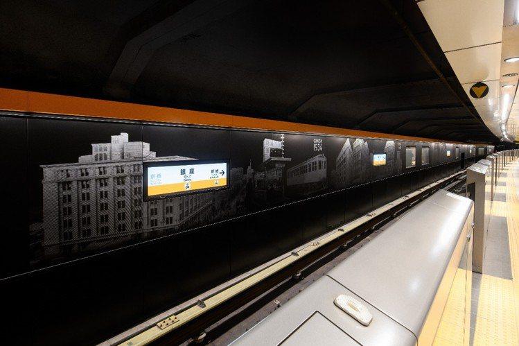銀座線的站台側壁,畫上老式的銀座市容形象,候車時可感受著銀座的歷史變遷。圖/©T...