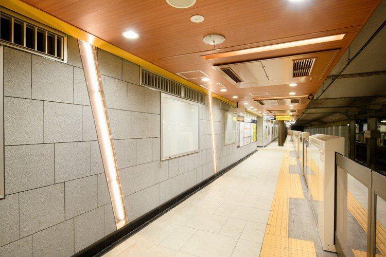 青山一丁目站地面是用瓷磚的組合來表現鵝卵石,柱子則模仿櫻桃樹樹皮的光澤度。圖/©...