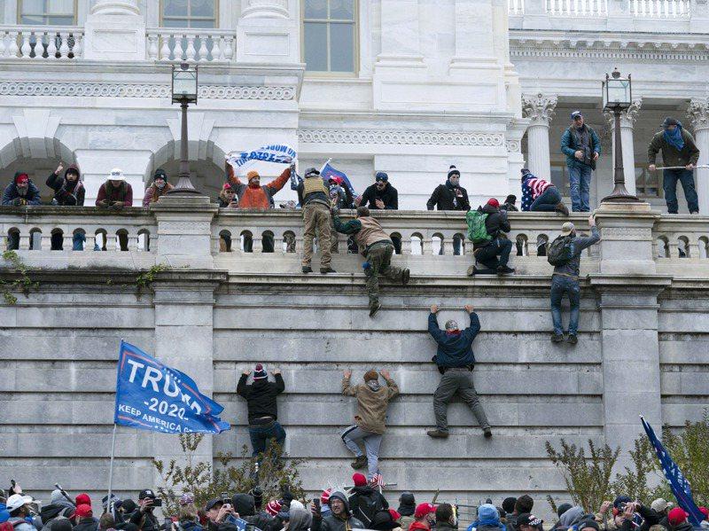 大批川普支持者6日翻過圍牆攻入美國國會大廈,煽動民眾的川普8日遭推特永久停權。美聯社