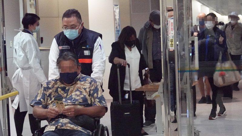 關島人道包機抵台 關島人道醫療包機於昨天傍晚抵台,四十七名旅客入境,其中包括五名來台就醫的外籍旅客。記者陳嘉寧/攝影