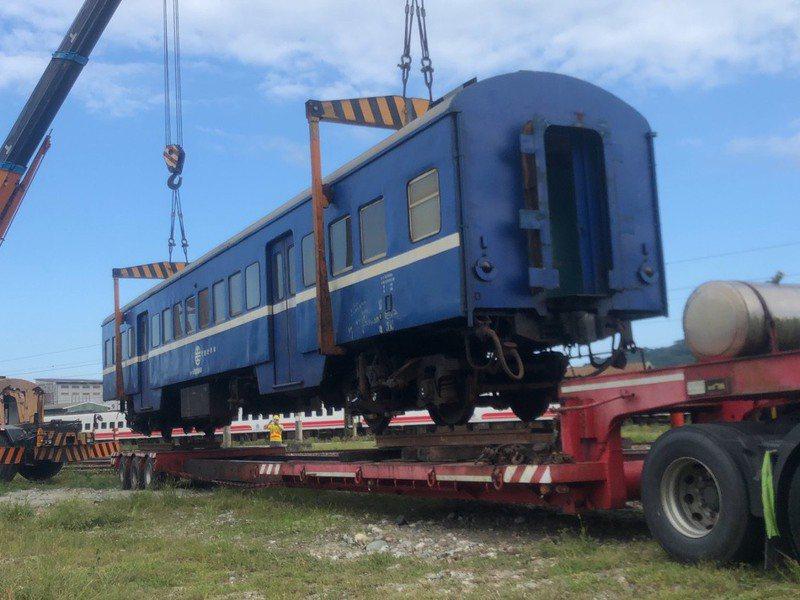 花蓮鳳林鎮公所將珍貴的藍皮行李車運至鎮民廣場展示,成為地方特色亮點。圖/鳳林鎮公所提供
