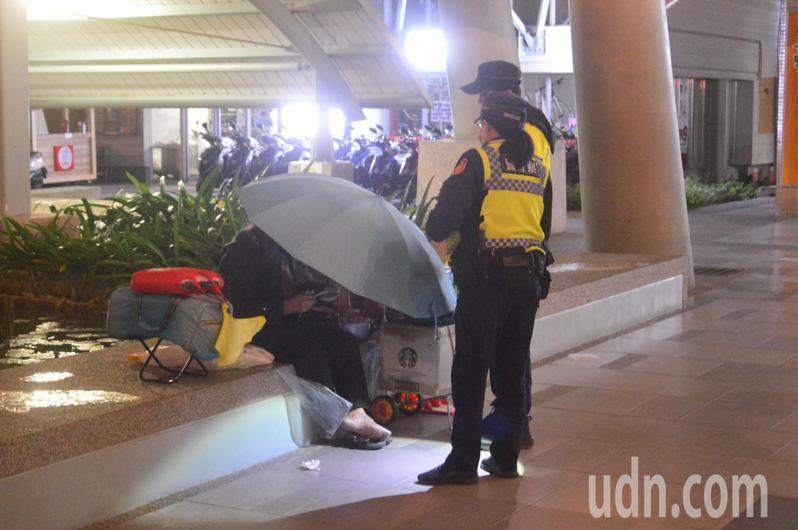 台東警分局女警多次在深夜探視台東火車站乘客出口處的女遊民。記者施鴻基/攝影