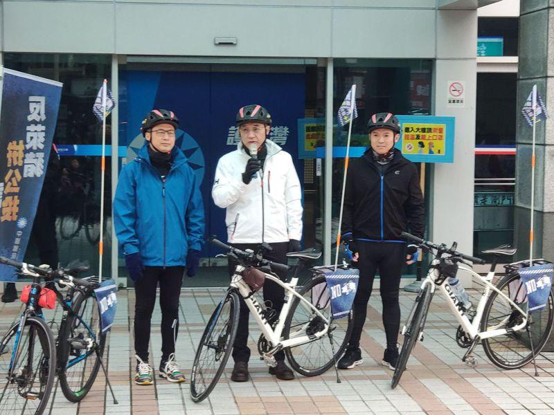 國民黨主席江啟臣今參加「公投連署,縱騎台灣」的啟程活動,為即將騎自行車縱行台灣、號召公投連署的革實院長羅智強、國際部副主任何志勇鼓勵加油。記者劉宛琳/攝影