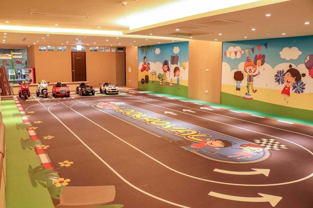 嘉義市四星級樂億皇家渡假酒店推出大型兒童賽車場。圖/飯店提供