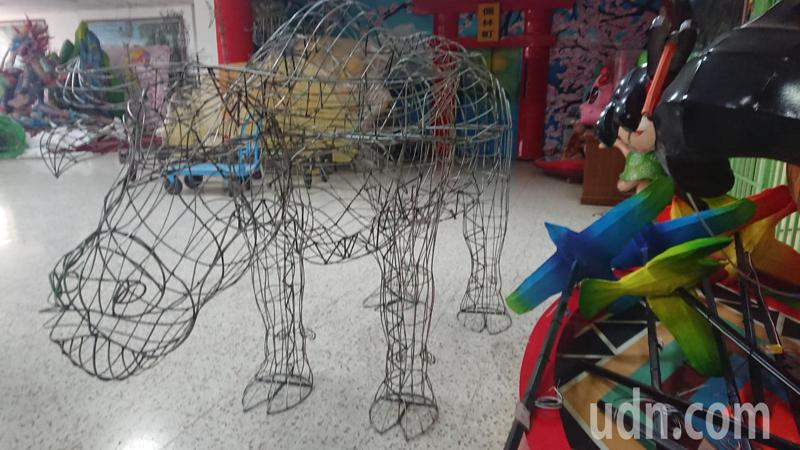 彰化監獄才藝舍坊今年最受歡迎的牛水造型花燈,已經焊接好骨架。記者簡慧珍/攝影