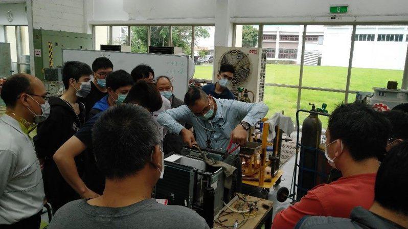 台北職能發展學院首度舉辦「冷凍空調工程師班」。圖/北市勞動局提供