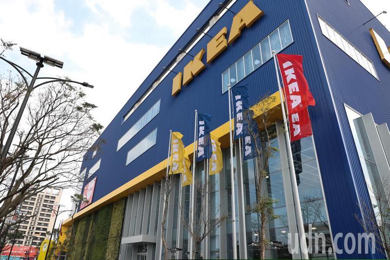 IKEA在1月12日早上10點55分,於桃園店臉書粉絲團宣告「因應店內消毒作業,IKEA桃園店今日暫停營業」,提早於早上11點打烊,許多民眾並不知道訊息而前往,到現場才發現大門禁閉,門口擺放因應消毒作業暫停營業公告。記者季相儒/攝影
