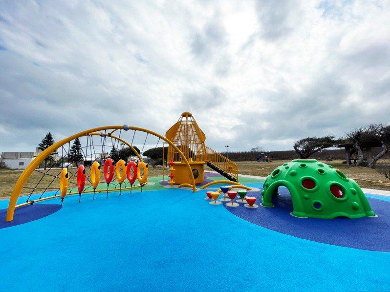 鎖港公1公園小管造型遊戲設備組。圖/取自農漁局臉書
