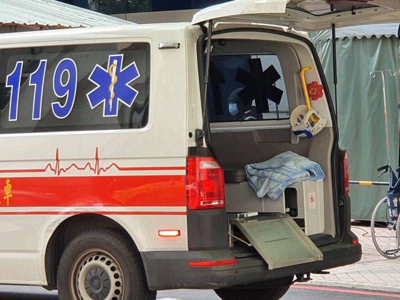 北部某醫院傳出醫護人員可能疑似感染症狀,該縣市消防局接獲通知載送該醫院普通輕症病患轉送他院治療。記者陳夢茹/攝影