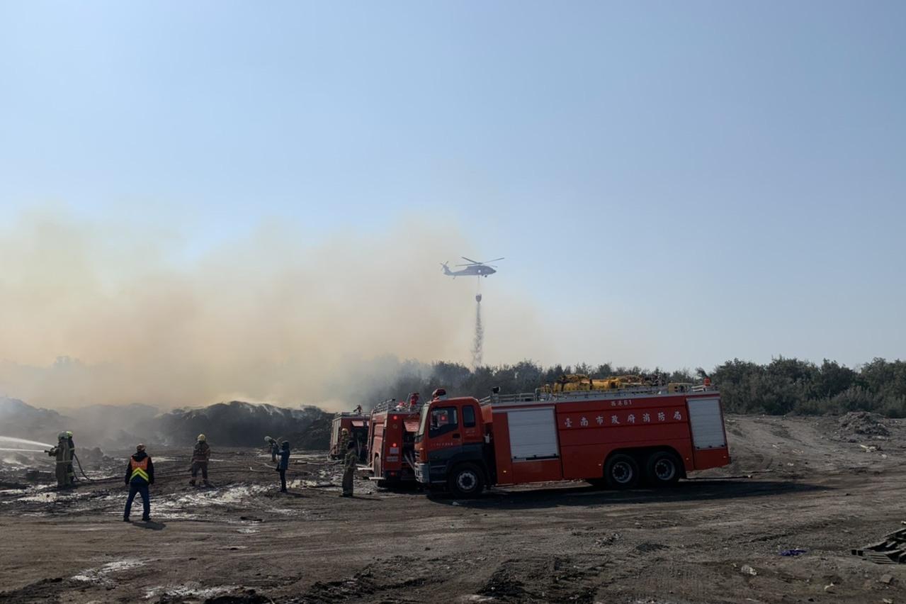台南城西掩埋場火警擴及防風林 空警隊吊掛水袋滅火