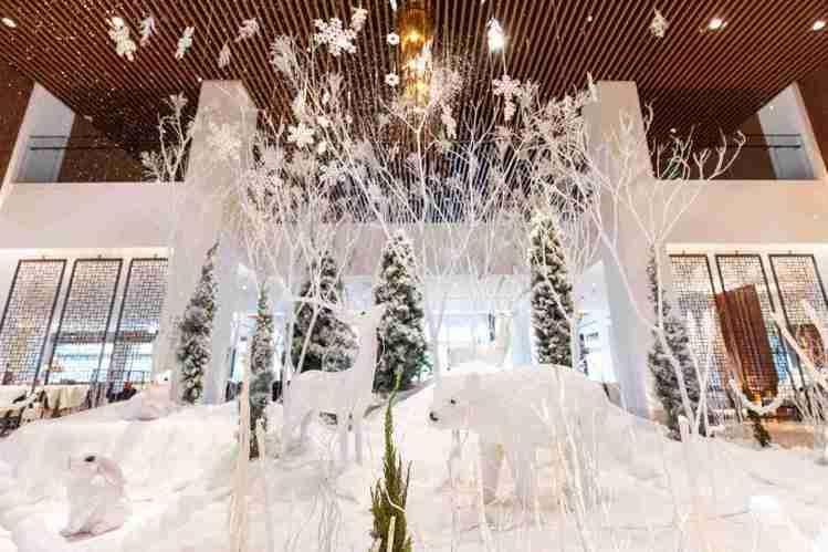 大溪威斯汀大廳呈現浪漫飄雪的北歐奇境。圖/大溪威斯汀提供