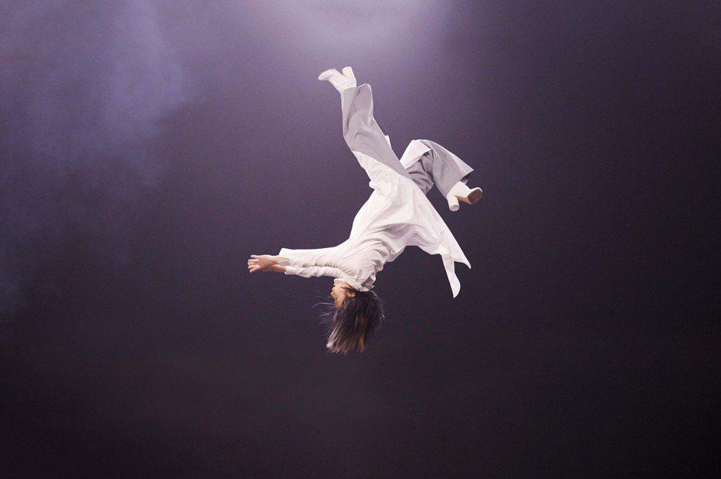 劉若英再次吊鋼絲騰空表演,在「黃金年代」MV中展現過人技巧。圖/相信音樂提供