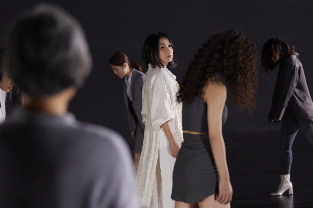 劉若英(中)和12位現代舞舞者在光影交織變化之中,表現凋零後重生的藝術意象。圖/...