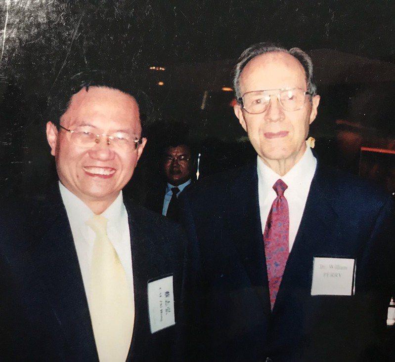 北商大榮譽講座、前海基會顧問蔡志弘(左)於九○年代在上海與美國前國防部長裴利(右)互動合影。圖/蔡志弘提供