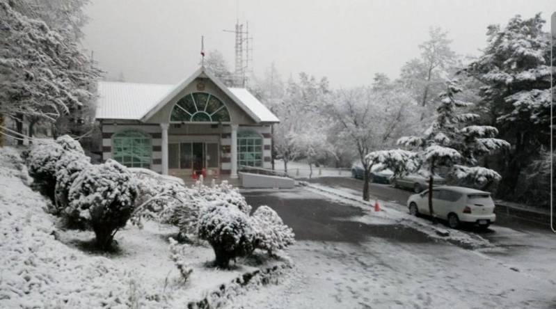 台東向陽山區前天降雪,吸引部分民眾上山賞雪。圖/關山警分局提供