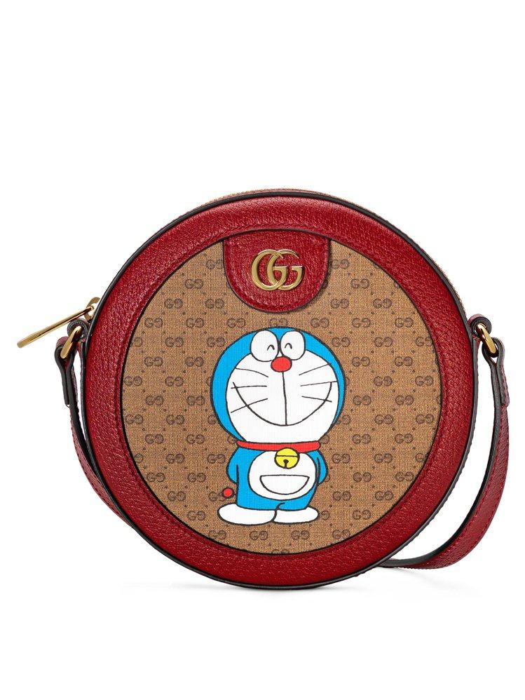 哆啦A夢迷你圓形肩背包,40,600元。圖/Gucci提供
