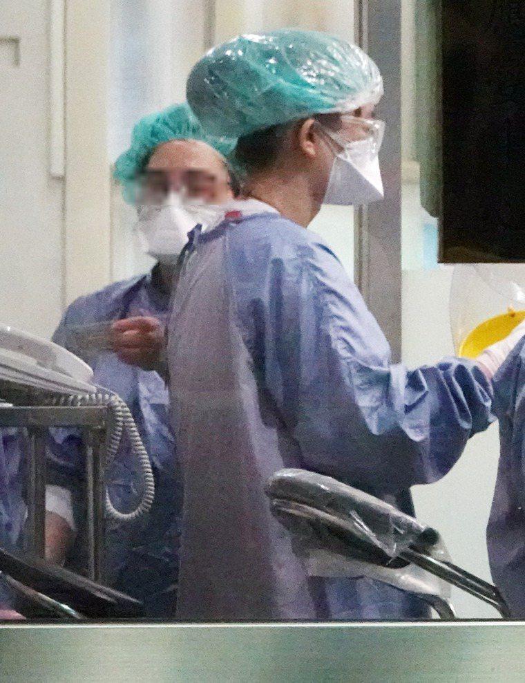 防範新冠肺炎疫情,國內醫院設立嚴格門禁,全力防杜疫情。報系資料照片