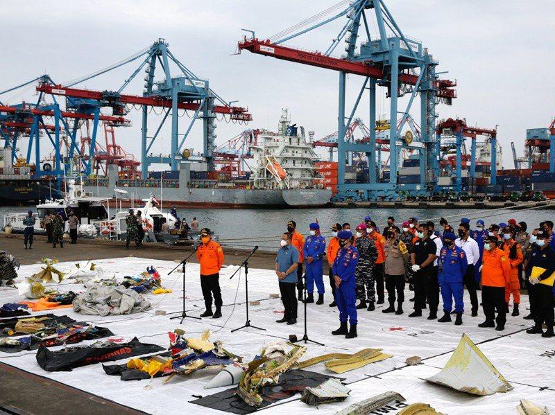印尼三佛齊航空SJY182班機9日起飛後失事,搜救人員11日陳列出他們打撈上岸的殘骸。歐新社