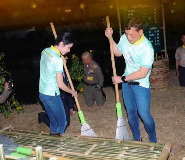 鏡頭下的泰王像一般平民似的掃地。圖/每日郵報