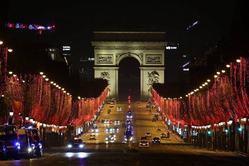 法國首都巴黎的香榭麗舍大道,因新冠宵禁導致人車稀少,攝於1日。法新社