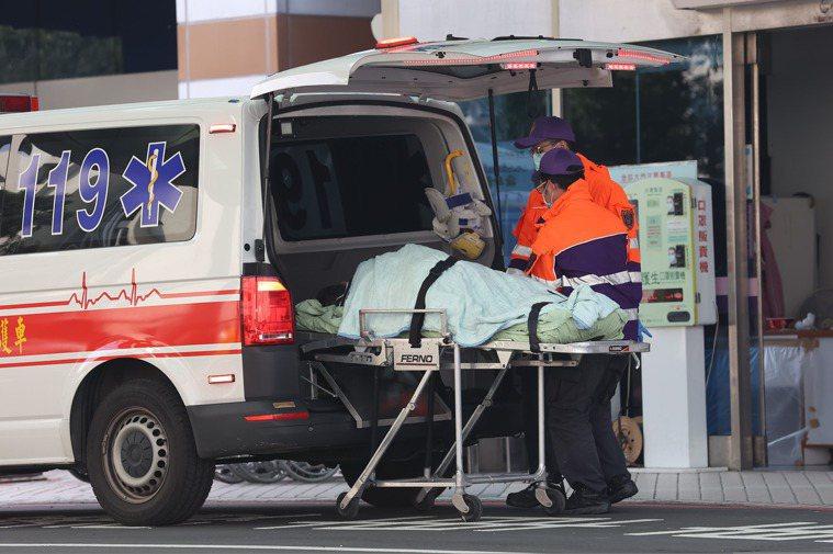 北部某醫院傳出醫護人員可能疑似感染症狀,該縣市消防局接獲通知載送該醫院普通輕症病...