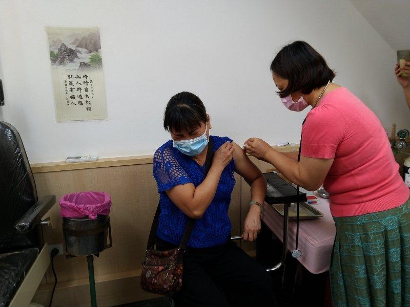 屏東縣宮副流感疫苗庫存不到7千劑,屏東縣政府衛生局呼籲,符合資格尚未接種的民眾盡快來施打。圖/屏東縣政府提供