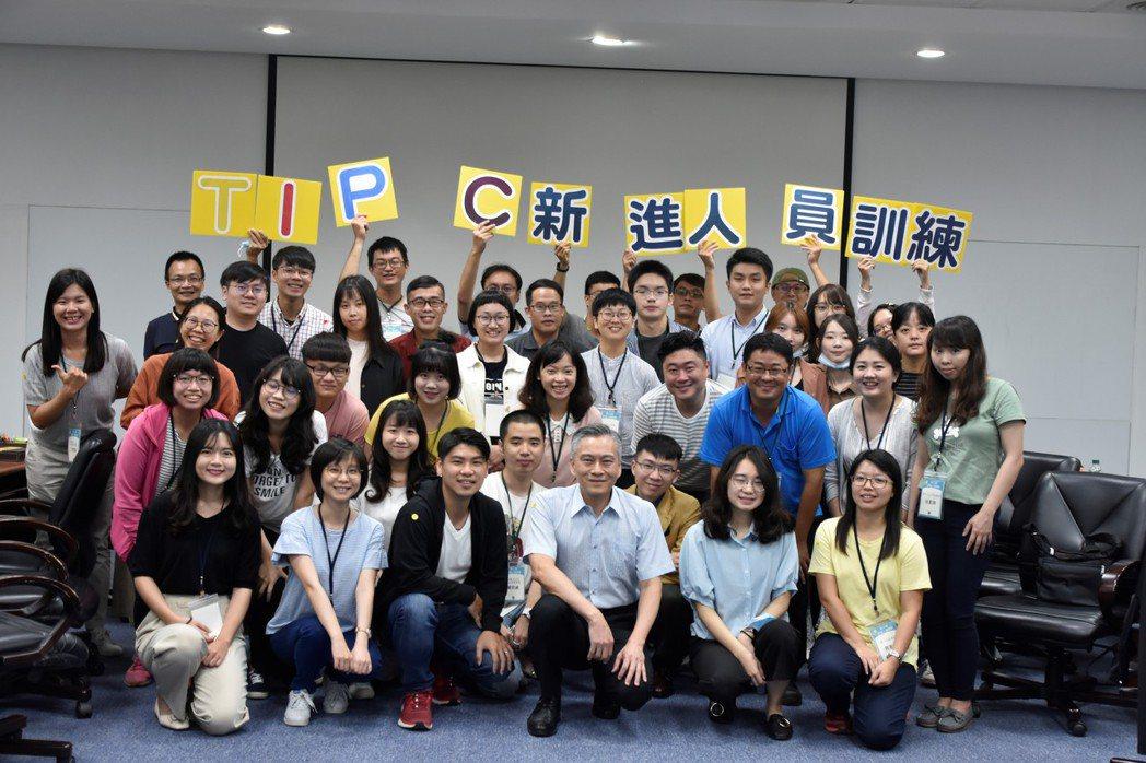 台灣港務公司預計今年上半年招考正、備取共126名,最低薪資近3.4萬元。圖/台灣...