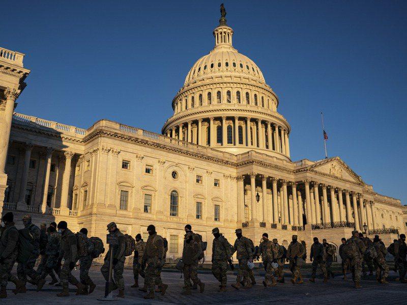 美國國會大廈6日遭川粉闖入後,華府地區的安全戒備已升級。圖為國民兵成員10日在國會大廈前換班。紐約時報