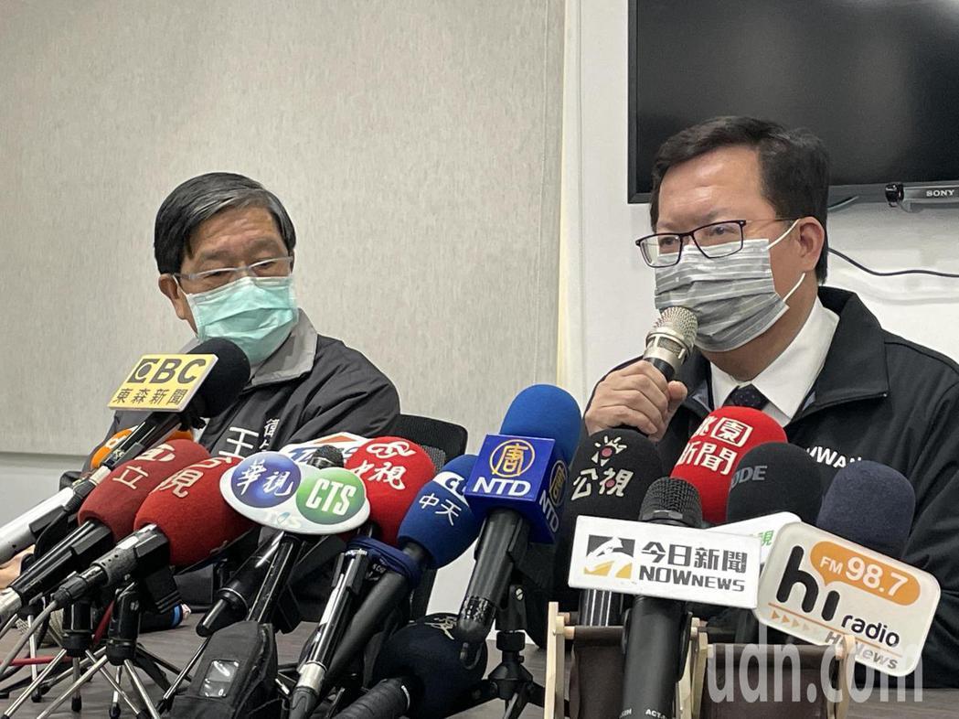 桃園市長鄭文燦(右)與衛生局長王文彥(左)說明疫情進度。記者張裕珍/攝影