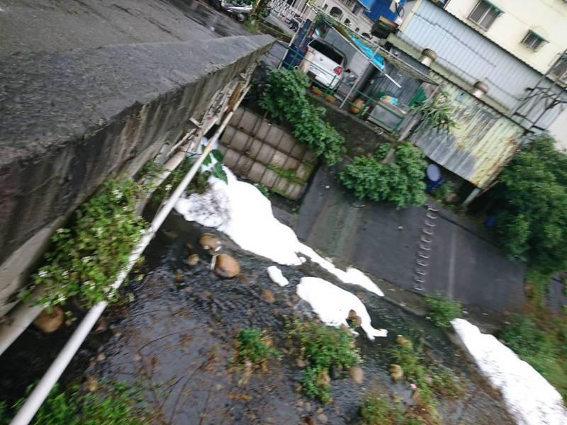 五股水碓窠溪出現大量泡沫。圖/新北市政府環保局提供