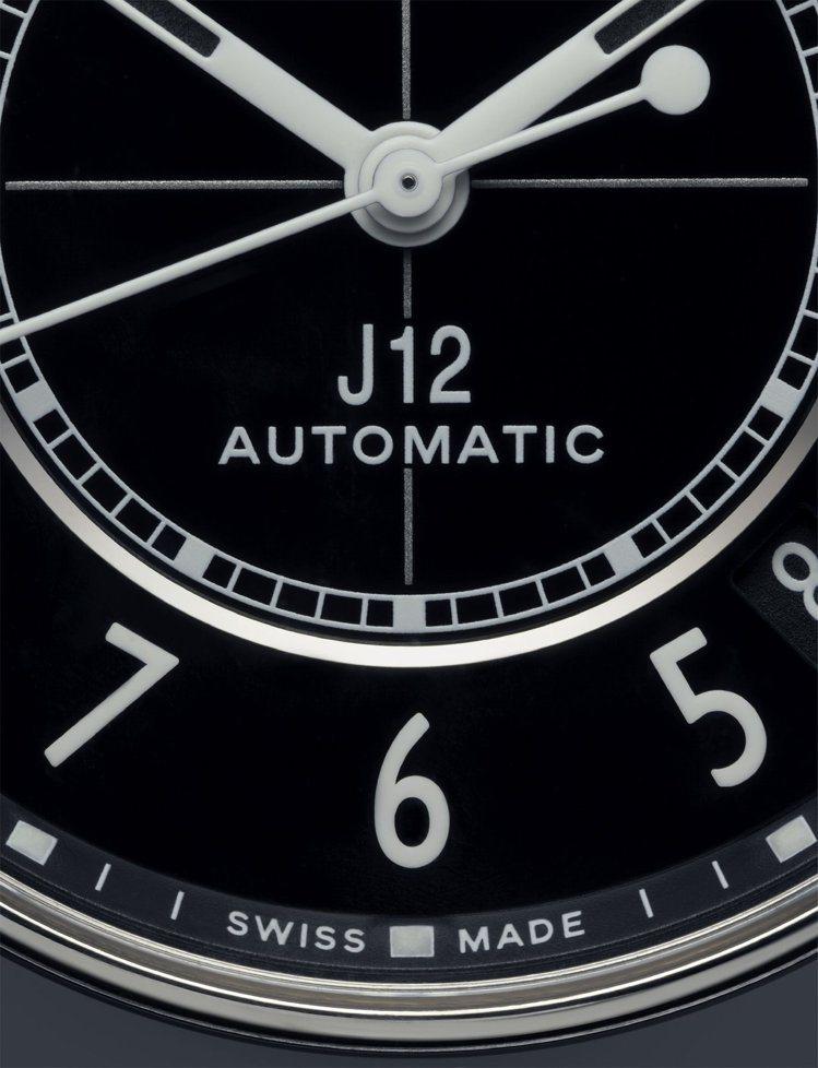 全新的J12腕表統一採香奈兒標準字。圖/香奈兒提供