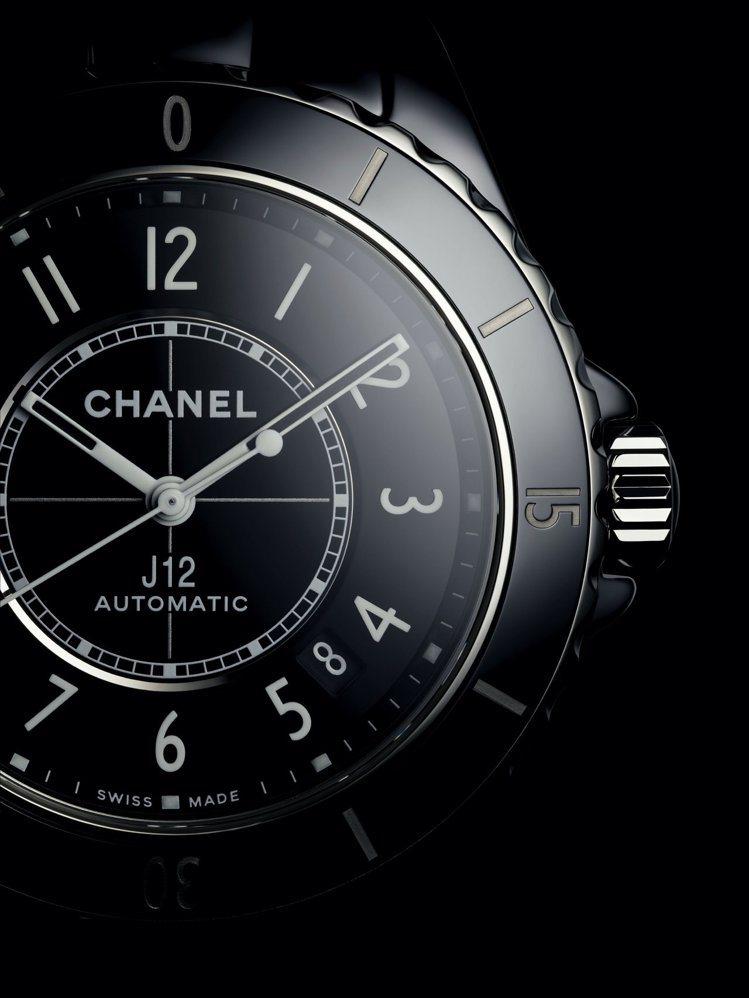 J12腕表,流暢的運動休閒外型靈感來自於帆船與賽車運動。圖/香奈兒提供