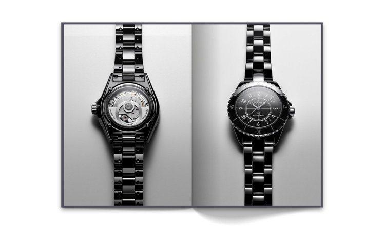 搭載Caliber 12.1機芯的J12黑色腕表,© CHANEL。。圖/香奈兒...