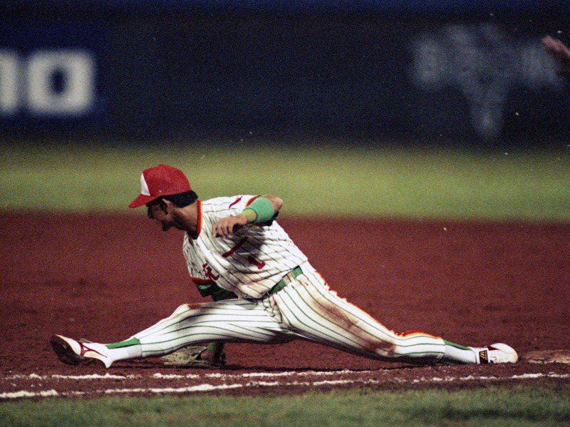 鄭百勝在30年前的中華職棒比賽,是少數能夠在一壘以180度「大劈腿」接球的一壘手。圖/聯合報系資料照片