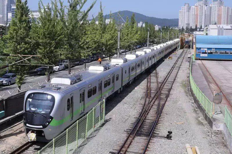 台鐵EMU900型通勤電聯車,去年10月首批抵台測試,卻因台鐵標規中的煞車參數「減速率」與司機員習慣不符,導致延後營運。圖/台鐵局提供