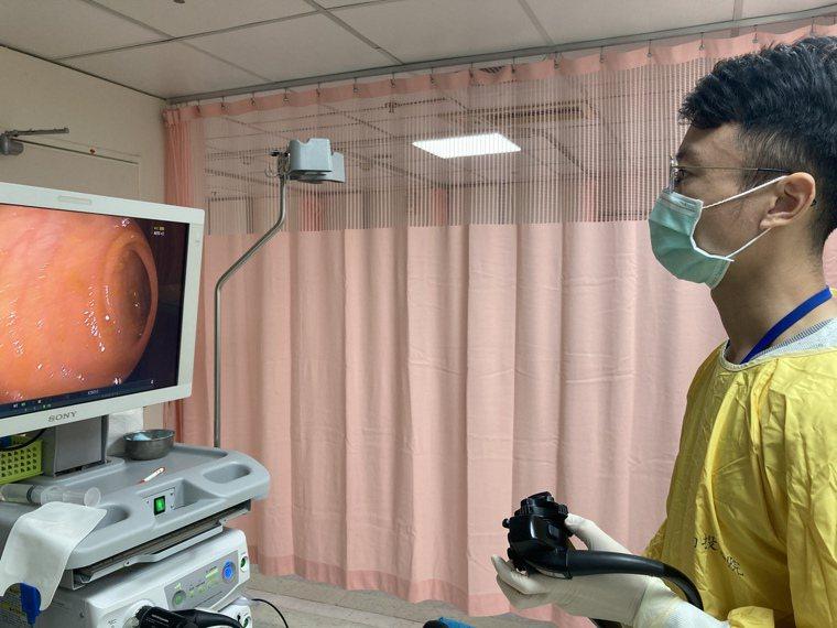 南投醫院醫師許家以大腸鏡檢查病患腸道狀況。圖/南投醫院提供