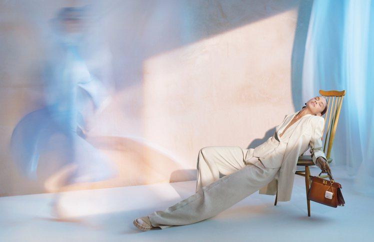 英國攝影師Nick Knight拍攝的FENDI 2021春夏男女裝系列形象廣告...