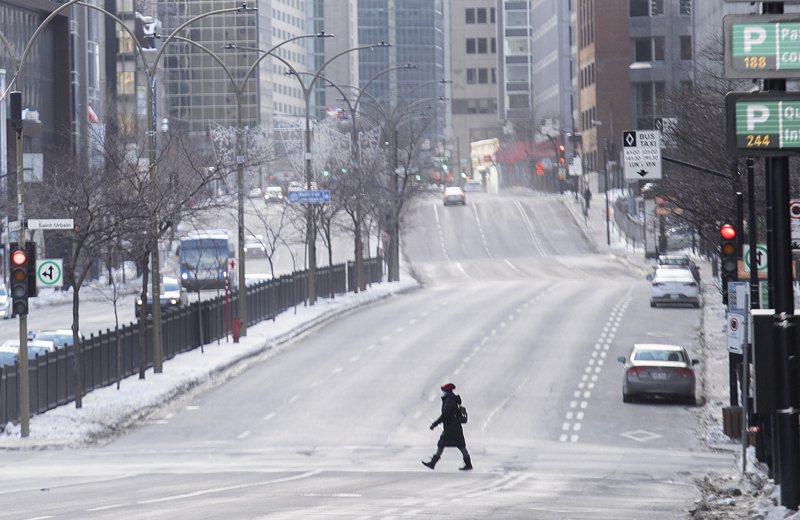 魁北克為遏制新冠確診案例和住院人數嚴重升高,從9日開始實施晚上8點到凌晨5點的宵禁,為百年來首次。美聯社